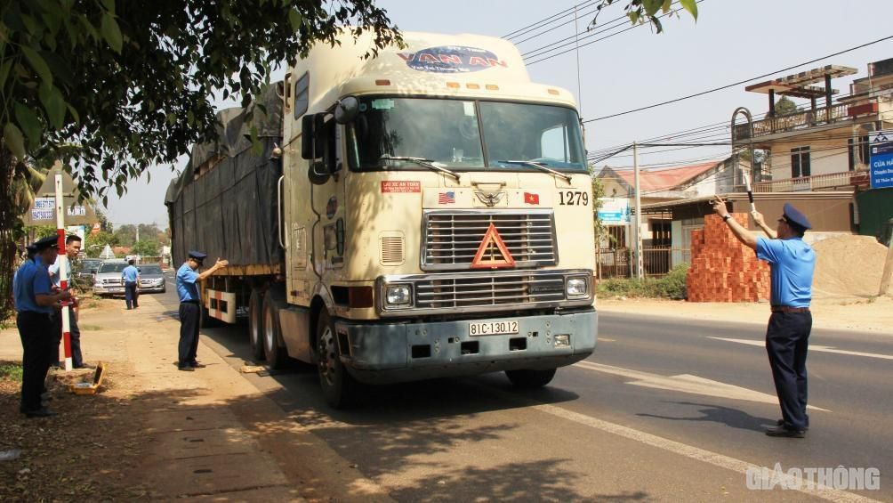 Lập tổ cân lưu động, phạt nghiêm xe quá tải trên đường Hồ Chí Minh Ảnh 1