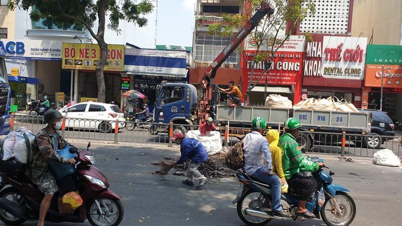 Mảnh chai bia bị đổ xuống đường, giao thông ùn tắc Ảnh 2