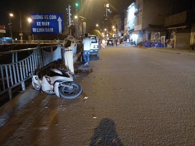 Sau va chạm với xe máy, lái xe ô tô tiếp tục đi thì bị nổ lốp Ảnh 1