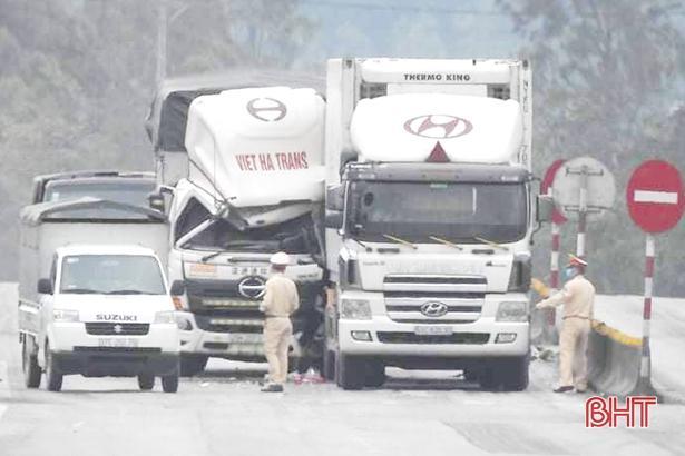 Đâm vào đuôi container dừng đèn đỏ, tài xế xe tải may mắn thoát chết Ảnh 3