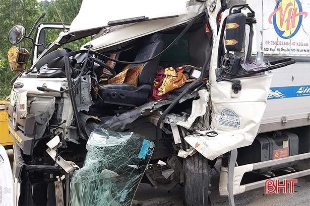 Đâm vào đuôi container dừng đèn đỏ, tài xế xe tải may mắn thoát chết Ảnh 2