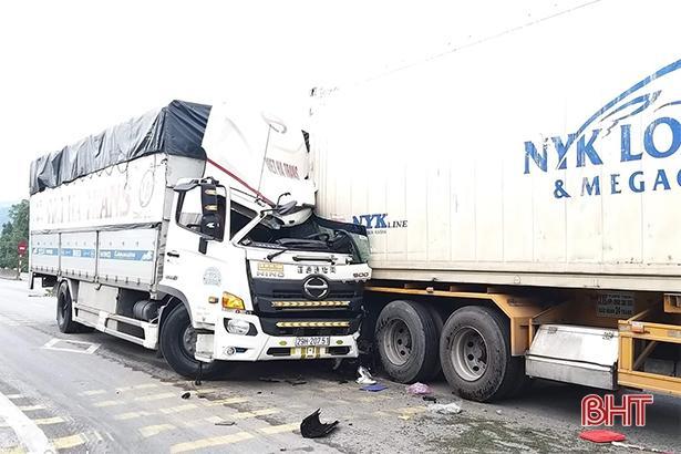 Đâm vào đuôi container dừng đèn đỏ, tài xế xe tải may mắn thoát chết Ảnh 1