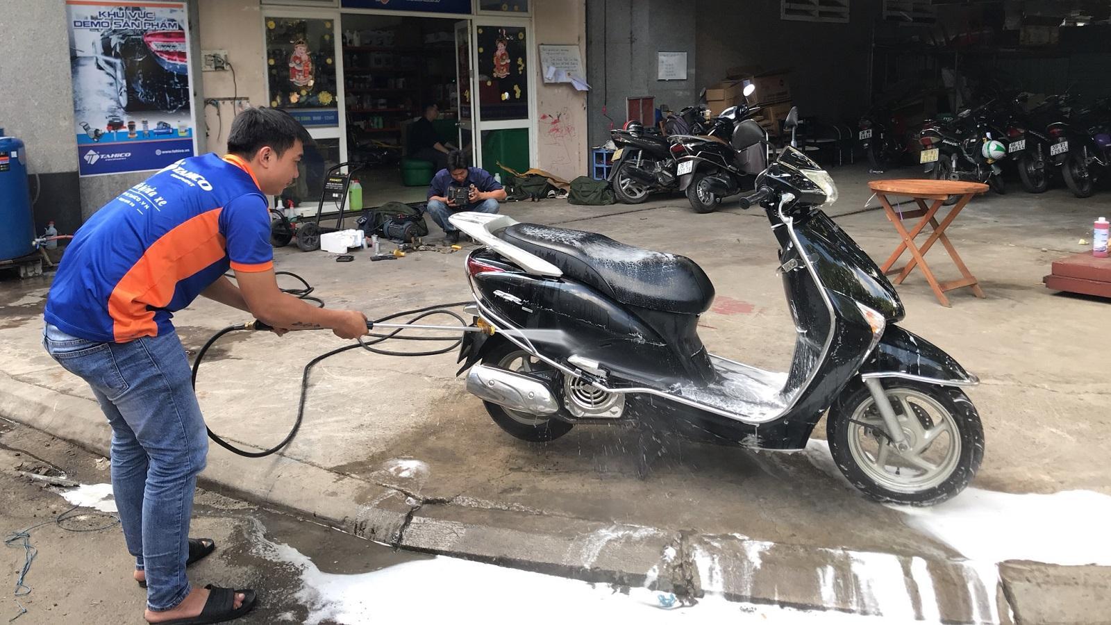 Rửa xe máy khi động cơ còn nóng nên hay không? Ảnh 1
