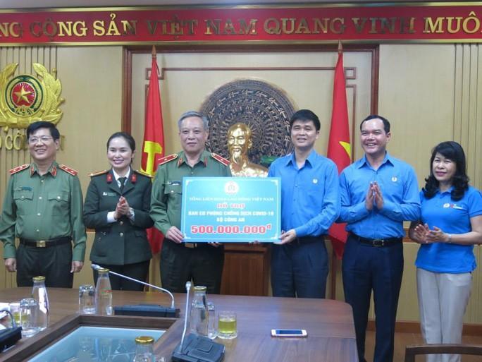 Tổng LĐLĐ Việt Nam trao 2 tỉ đồng ủng hộ các đơn vị tuyến đầu chống dịch Ảnh 1