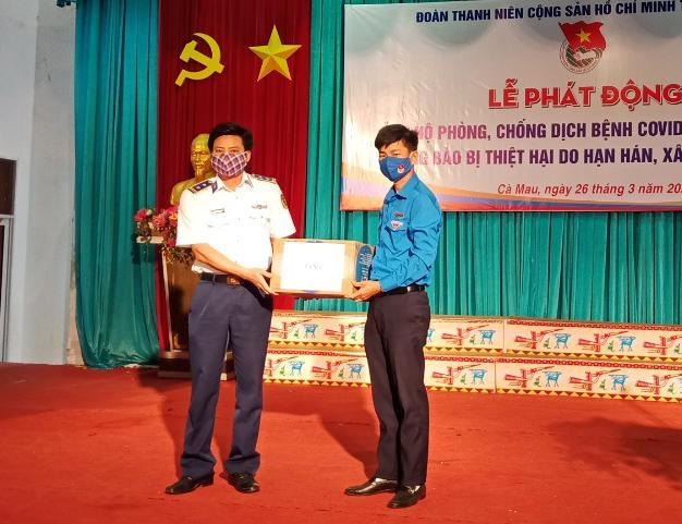 Cảnh sát biển trao tặng khẩu trang, nước sát khuẩn chống dịch COVID-19 cho nhân dân Cà Mau Ảnh 1