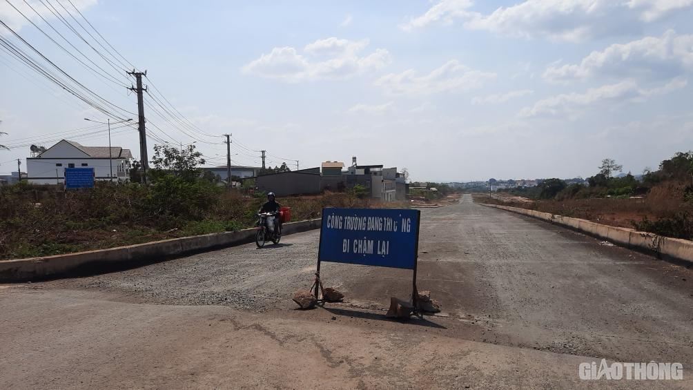 Đắk Lắk: Cận cảnh đại lộ nghìn tỷ thi công dang dở, chằng chịt vết nứt Ảnh 5