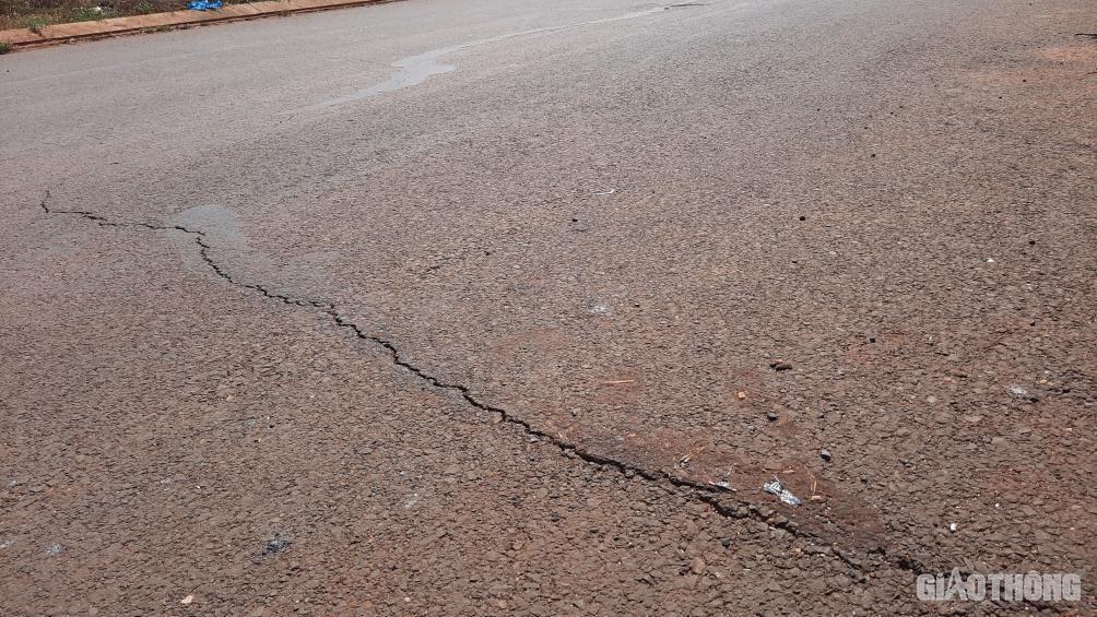 Đắk Lắk: Cận cảnh đại lộ nghìn tỷ thi công dang dở, chằng chịt vết nứt Ảnh 4