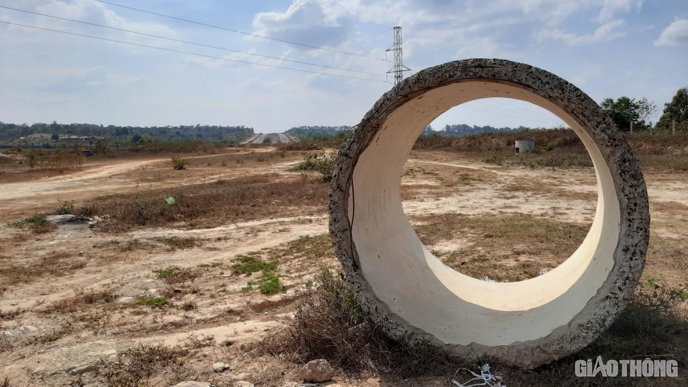 Đắk Lắk: Cận cảnh đại lộ nghìn tỷ thi công dang dở, chằng chịt vết nứt Ảnh 12