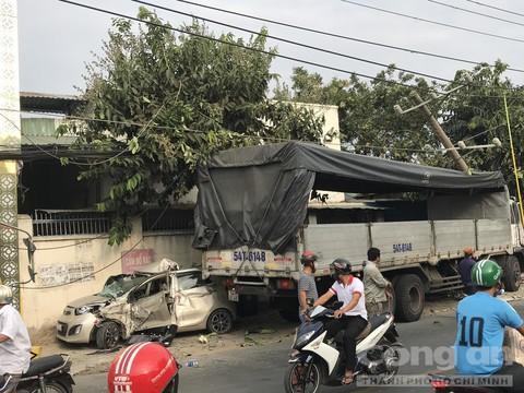 Xe du lịch bị xe tải tông nát bươm, tài xế nguy kịch Ảnh 1