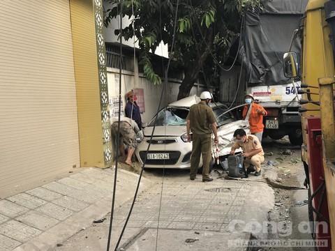 Xe du lịch bị xe tải tông nát bươm, tài xế nguy kịch Ảnh 4