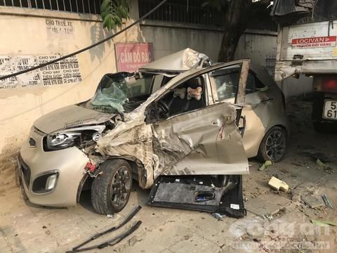 Xe du lịch bị xe tải tông nát bươm, tài xế nguy kịch Ảnh 2