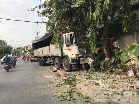 Xe du lịch bị xe tải tông nát bươm, tài xế nguy kịch Ảnh 3