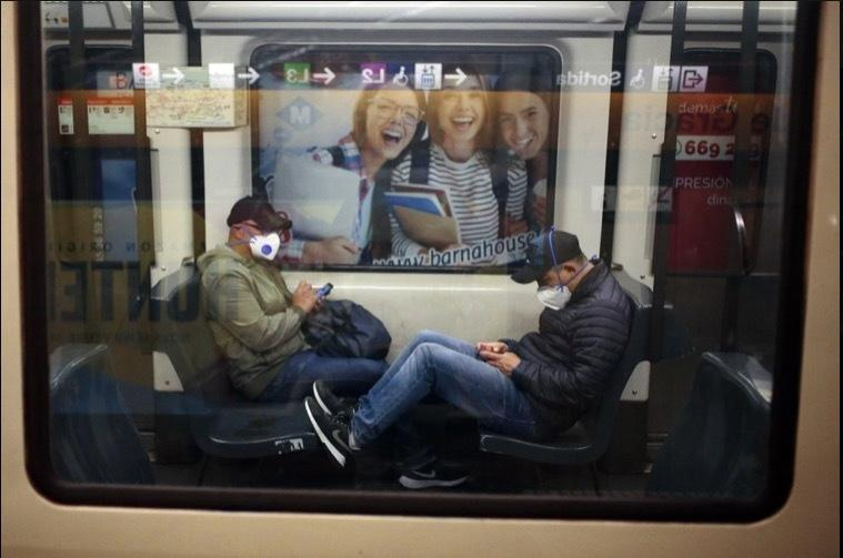 'Bảo bối' của người dùng tàu xe công cộng thời dịch Covid-19 Ảnh 8