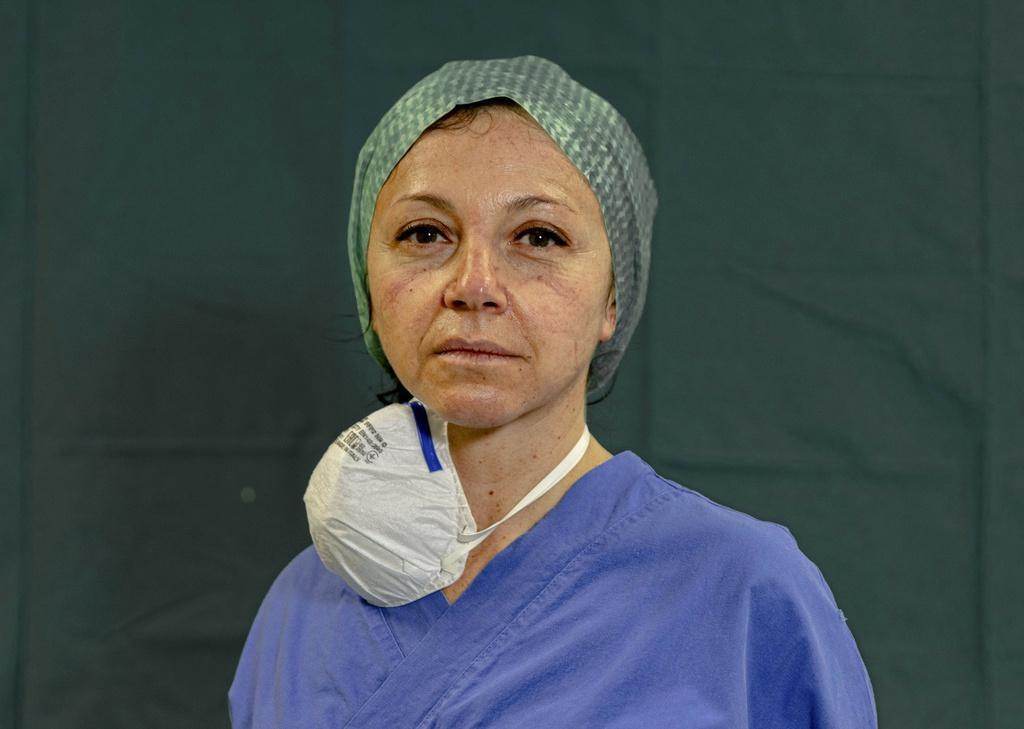 Dấu vết cuộc chiến chống virus hằn sâu trên gương mặt bác sĩ Italy Ảnh 14