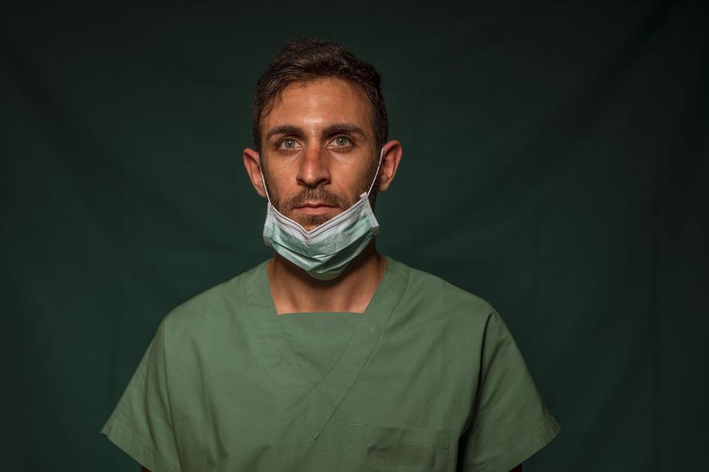 Dấu vết cuộc chiến chống virus hằn sâu trên gương mặt bác sĩ Italy Ảnh 11