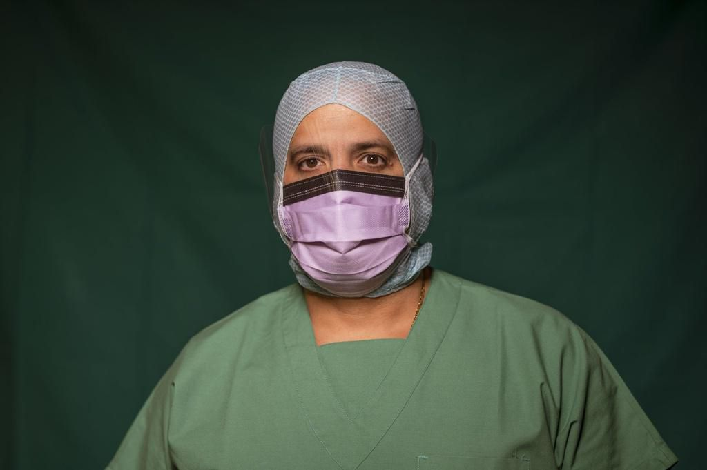 Dấu vết cuộc chiến chống virus hằn sâu trên gương mặt bác sĩ Italy Ảnh 9