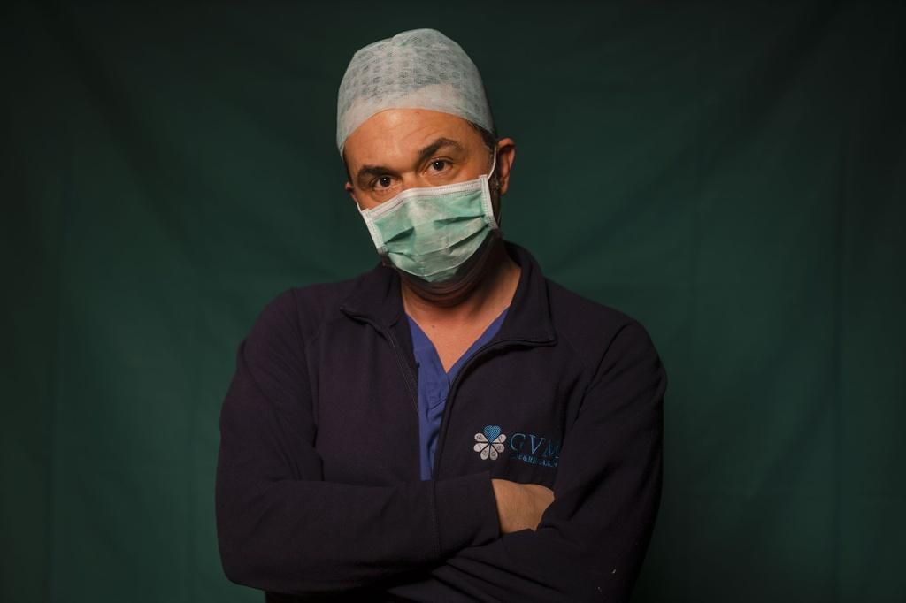 Dấu vết cuộc chiến chống virus hằn sâu trên gương mặt bác sĩ Italy Ảnh 4