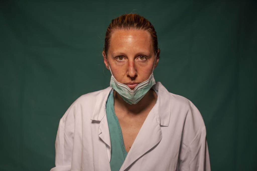 Dấu vết cuộc chiến chống virus hằn sâu trên gương mặt bác sĩ Italy Ảnh 13