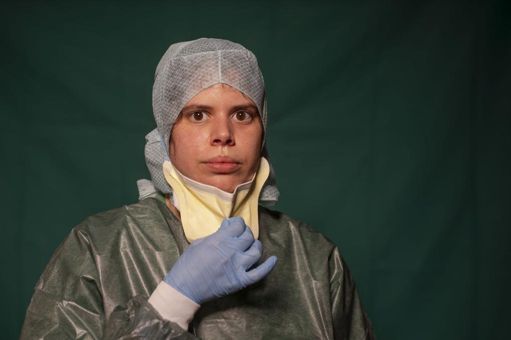 Dấu vết cuộc chiến chống virus hằn sâu trên gương mặt bác sĩ Italy Ảnh 2