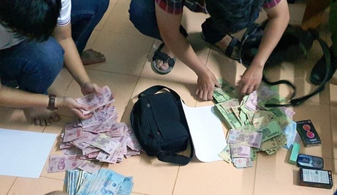 Hai đối tượng dùng dao khống chế nhân viên, cướp ngân hàng giữa ban ngày Ảnh 1
