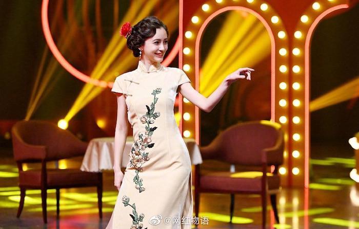 AngelaBaby ma mị với trang phục sườn xám trong show 'Vương Bài Đối Vương Bài' Ảnh 4