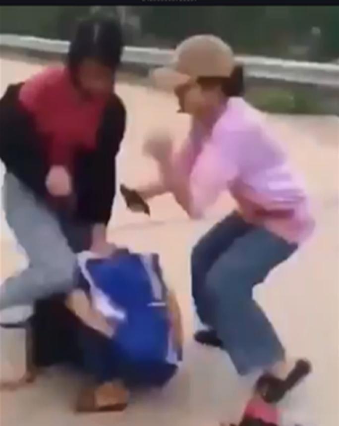 Xôn xao clip nữ sinh bị bạn đánh hội đồng Ảnh 1