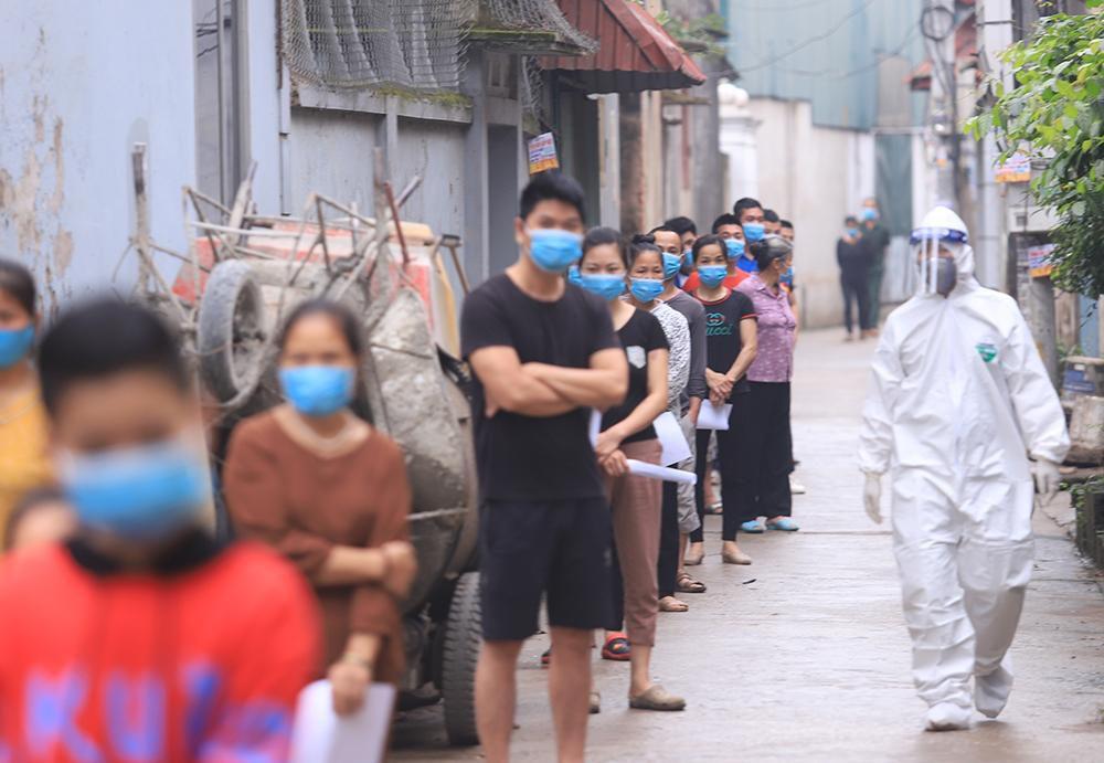 Lấy mẫu xét nghiệm cho hơn 1.300 người dân thôn Đông Cứu (huyện Thường Tín) Ảnh 8
