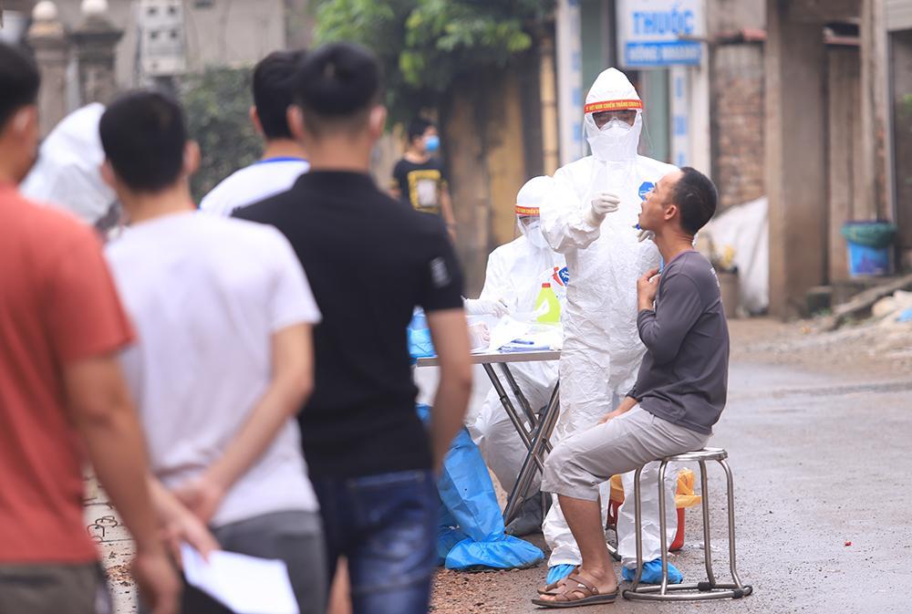 Lấy mẫu xét nghiệm cho hơn 1.300 người dân thôn Đông Cứu (huyện Thường Tín) Ảnh 1