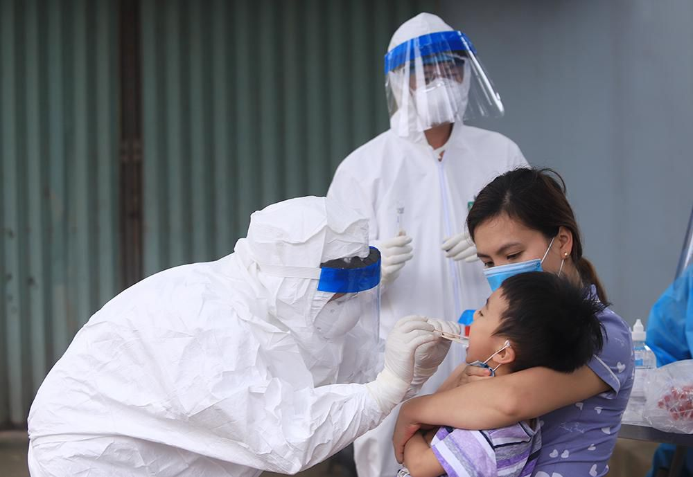 Lấy mẫu xét nghiệm cho hơn 1.300 người dân thôn Đông Cứu (huyện Thường Tín) Ảnh 7