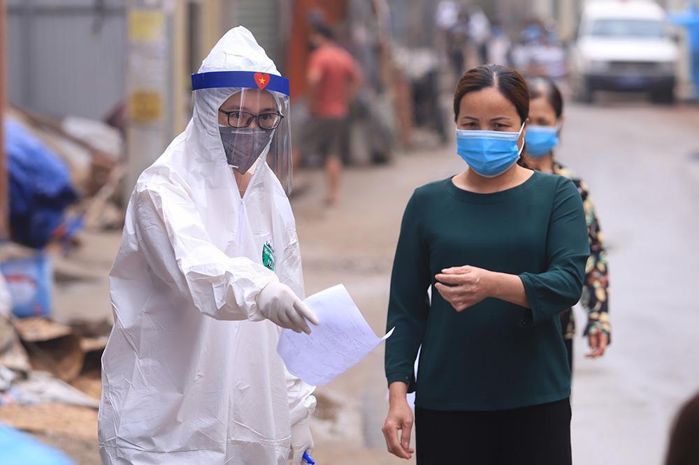 Lấy mẫu xét nghiệm cho hơn 1.300 người dân thôn Đông Cứu (huyện Thường Tín) Ảnh 2