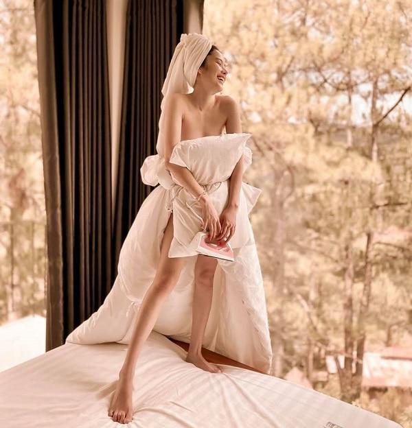 Bắt trend nhanh chóng chị em song sinh của Nam Em quấn cả gối lẫn chăn thành váy Ảnh 2