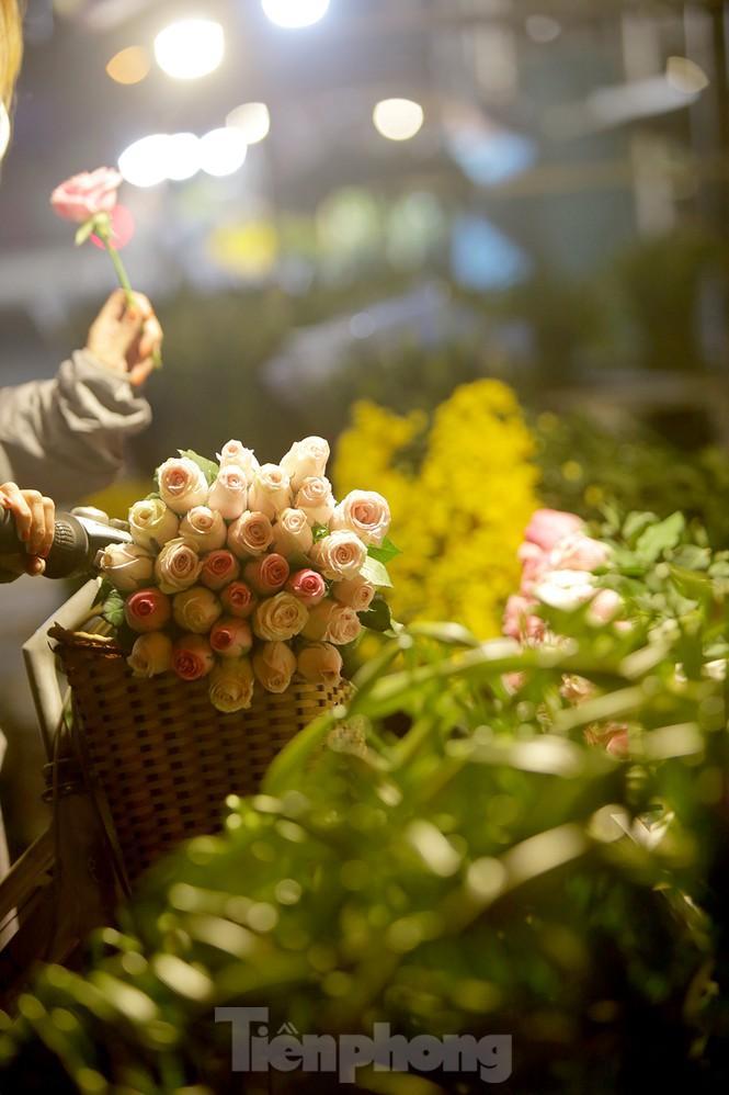 Chợ hoa đêm lớn nhất Thủ Đô vắng khách sau khi dỡ phong tỏa Ảnh 13