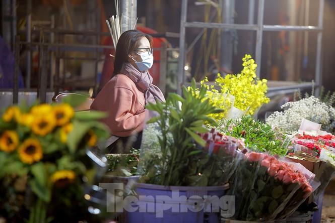 Chợ hoa đêm lớn nhất Thủ Đô vắng khách sau khi dỡ phong tỏa Ảnh 11