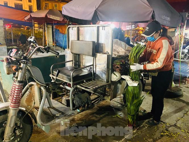 Chợ hoa đêm lớn nhất Thủ Đô vắng khách sau khi dỡ phong tỏa Ảnh 9