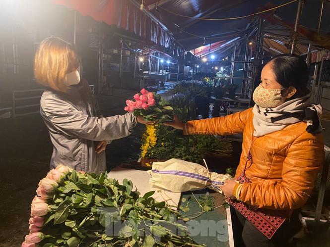 Chợ hoa đêm lớn nhất Thủ Đô vắng khách sau khi dỡ phong tỏa Ảnh 5