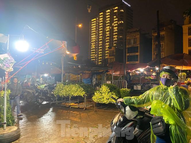 Chợ hoa đêm lớn nhất Thủ Đô vắng khách sau khi dỡ phong tỏa Ảnh 7