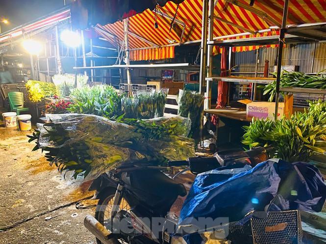Chợ hoa đêm lớn nhất Thủ Đô vắng khách sau khi dỡ phong tỏa Ảnh 3