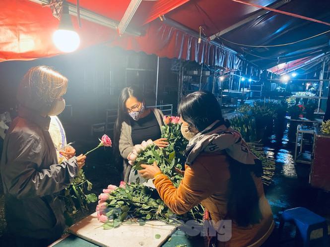 Chợ hoa đêm lớn nhất Thủ Đô vắng khách sau khi dỡ phong tỏa Ảnh 2