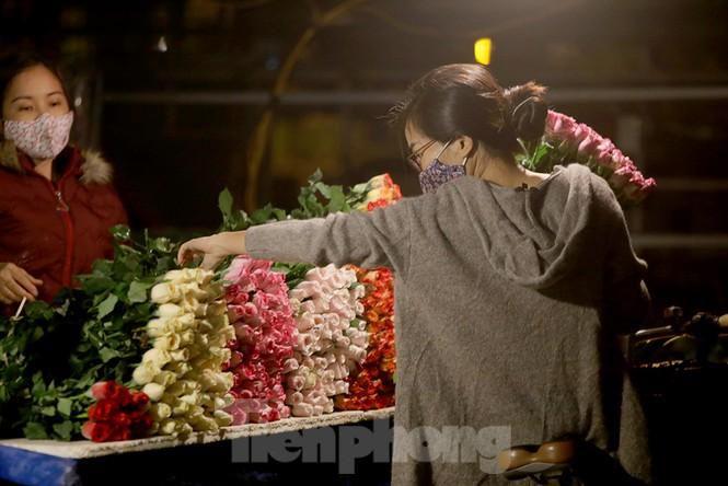 Chợ hoa đêm lớn nhất Thủ Đô vắng khách sau khi dỡ phong tỏa Ảnh 8