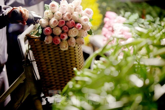 Chợ hoa đêm lớn nhất Thủ Đô vắng khách sau khi dỡ phong tỏa Ảnh 15