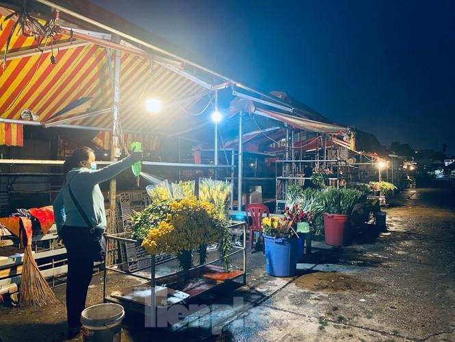 Chợ hoa đêm lớn nhất Thủ Đô vắng khách sau khi dỡ phong tỏa Ảnh 10