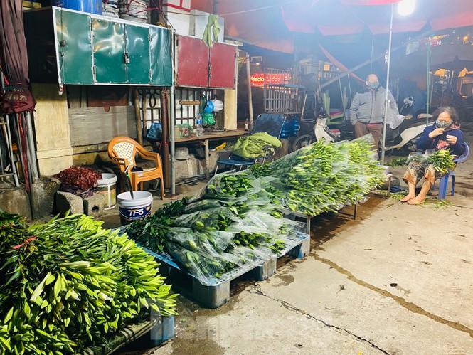 Chợ hoa đêm lớn nhất Thủ Đô vắng khách sau khi dỡ phong tỏa Ảnh 12