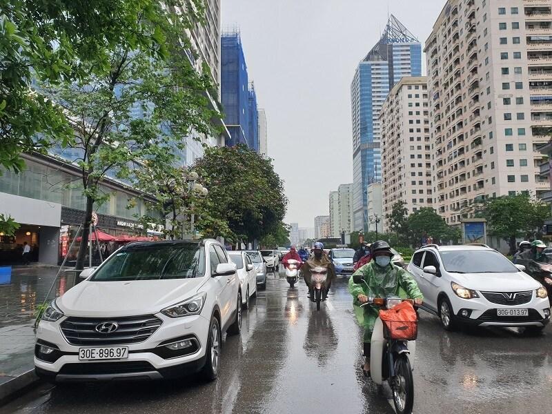 Chùm ảnh: Ô tô đua nhau tái chiếm lòng đường Thủ đô sau nới lỏng giãn cách Ảnh 5