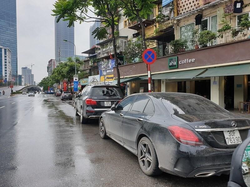 Chùm ảnh: Ô tô đua nhau tái chiếm lòng đường Thủ đô sau nới lỏng giãn cách Ảnh 4