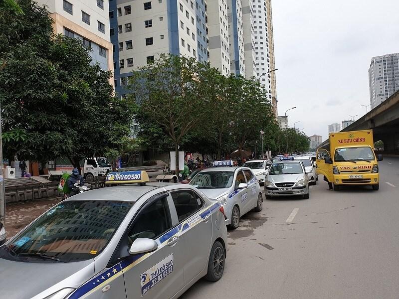 Chùm ảnh: Ô tô đua nhau tái chiếm lòng đường Thủ đô sau nới lỏng giãn cách Ảnh 7