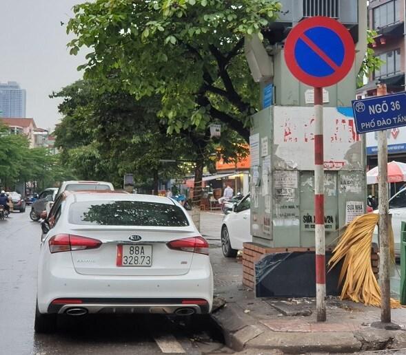 Chùm ảnh: Ô tô đua nhau tái chiếm lòng đường Thủ đô sau nới lỏng giãn cách Ảnh 9