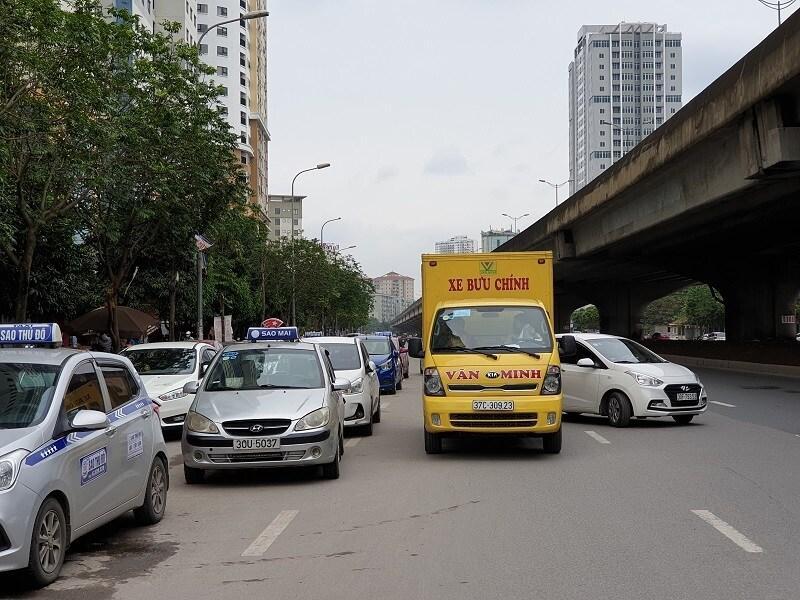 Chùm ảnh: Ô tô đua nhau tái chiếm lòng đường Thủ đô sau nới lỏng giãn cách Ảnh 1