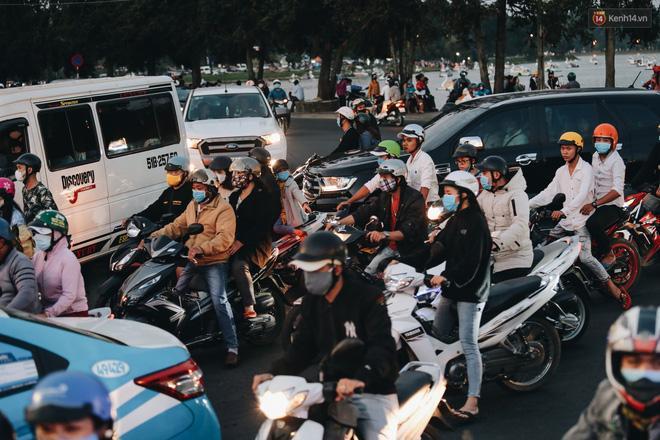 Trung tâm TP. Đà Lạt 'tê liệt' từ chiều đến tối do lượng du khách tăng đột biến dịp lễ 30/4 Ảnh 12