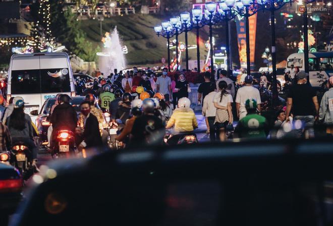 Trung tâm TP. Đà Lạt 'tê liệt' từ chiều đến tối do lượng du khách tăng đột biến dịp lễ 30/4 Ảnh 18