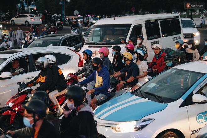 Trung tâm TP. Đà Lạt 'tê liệt' từ chiều đến tối do lượng du khách tăng đột biến dịp lễ 30/4 Ảnh 13